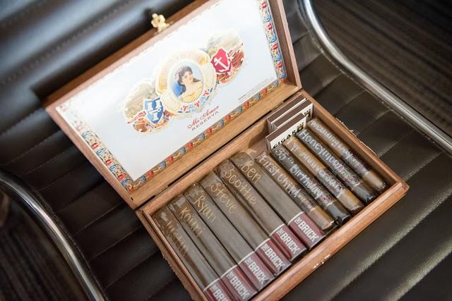 mendesain kotak rokok beragam motif