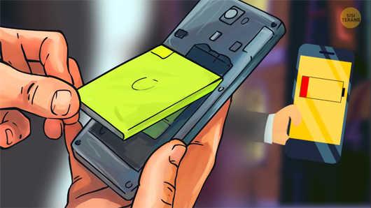 mencabut baterai smartphone